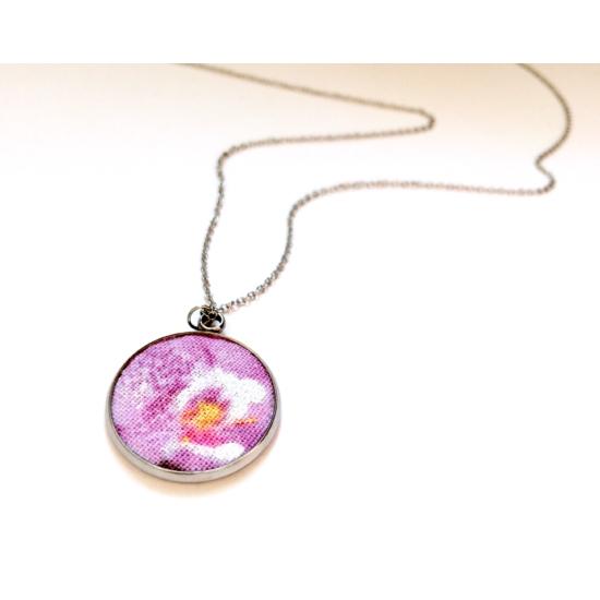 Orchidea nyaklánc gyöngyház csillogással