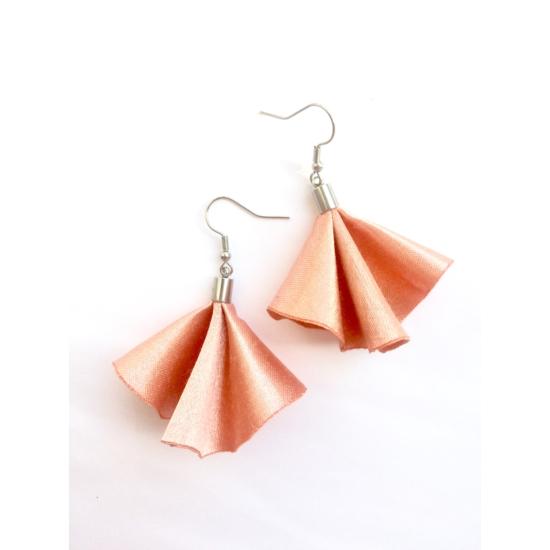 Rózsaszín hajtott fülbevaló